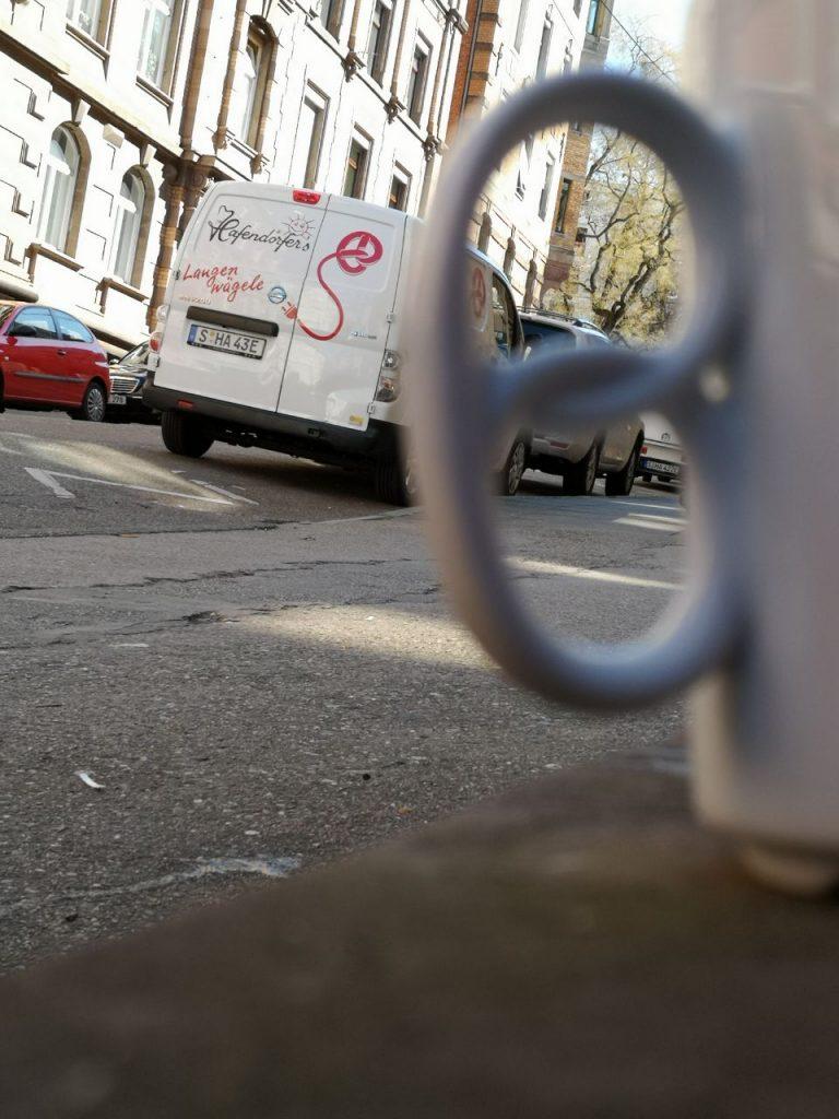 Eine Brezeltasse vor einem der Elektrotransporter der Bäckerei Hafendörfer in Stuttgart.